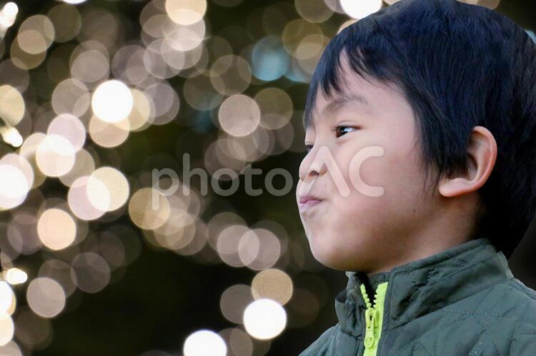 イルミネーションと子供の写真