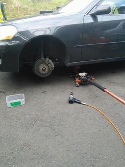 轮胎更换工作女人正在交换轮胎的地方