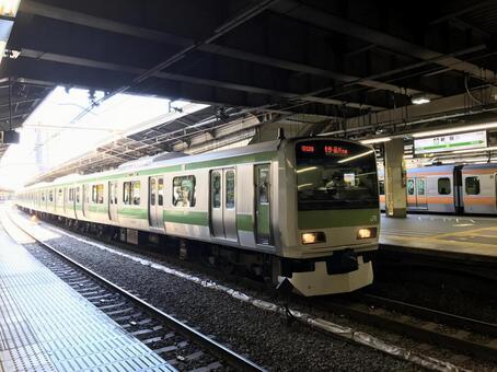 Yamanote line stopping at Shinjuku station