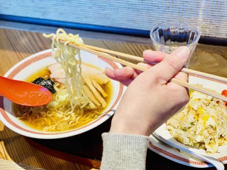 라면을 먹는 여자의 손