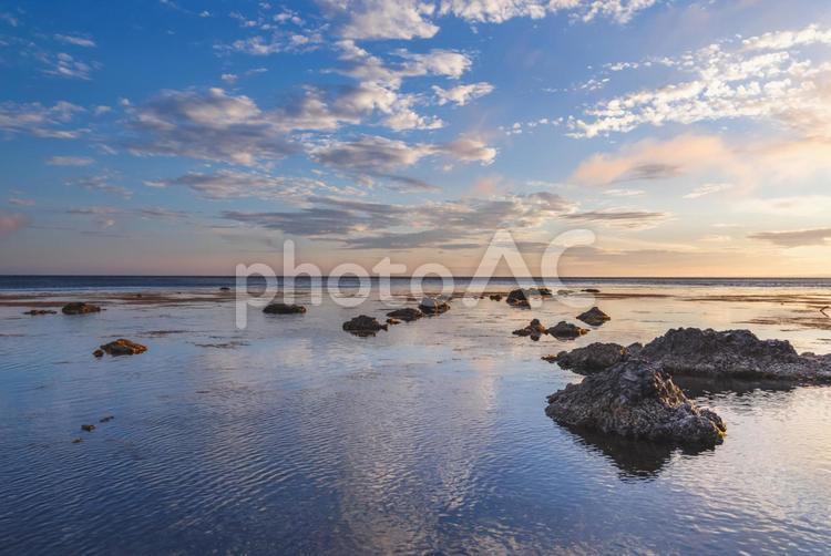 礼文島からの夕空と海のリフレクションの写真