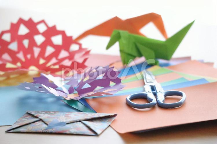 暮らし 家で過ごそう おうちにいよう 親子で遊ぶ イメージ 折り紙 ハサミの写真
