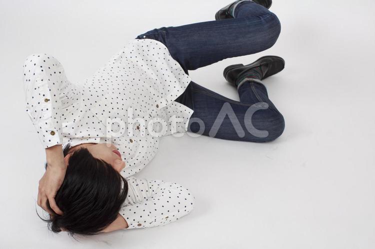 倒れ込む男性1の写真