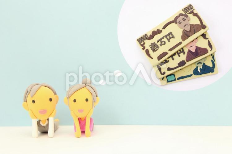お金を夢見る老夫婦の写真