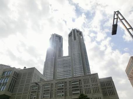 東京都庁を見上げる!