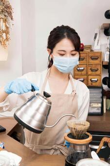 女人沖泡咖啡