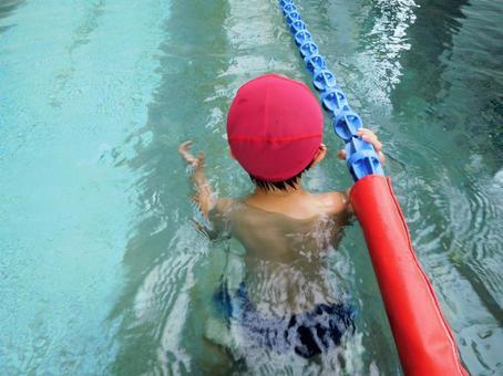 游泳池兒童練習風景