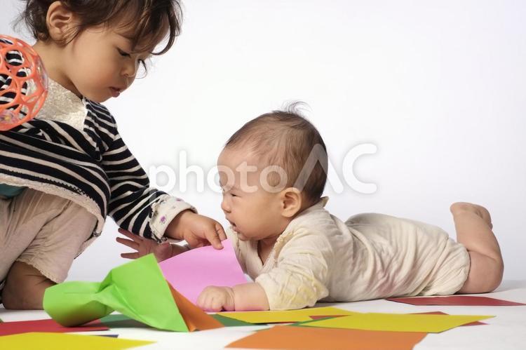 女の子と赤ちゃんの写真