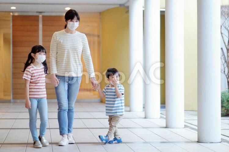 マスクをした家族1の写真