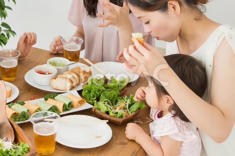 食事するママと赤ちゃんの写真