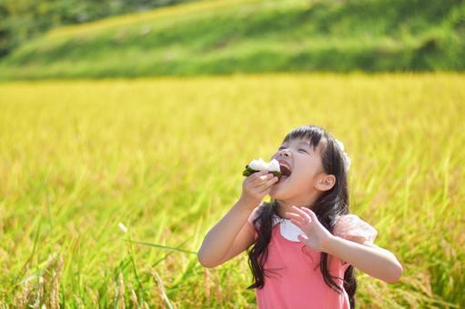 주먹밥을 먹는 아이