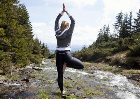 A woman who plays yoga in Sawa 2