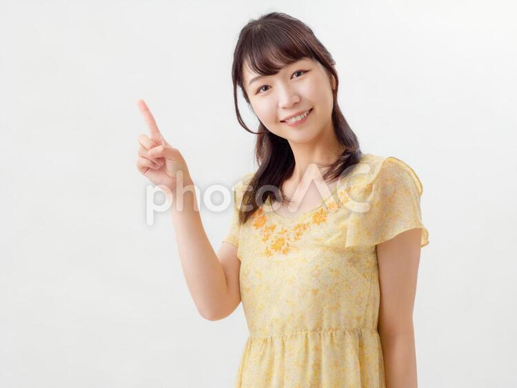 若い笑顔の女性 ポートレート 指さしの写真