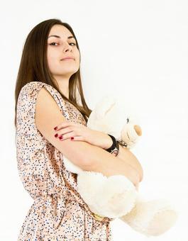 德国女人拥抱毛绒玩具27