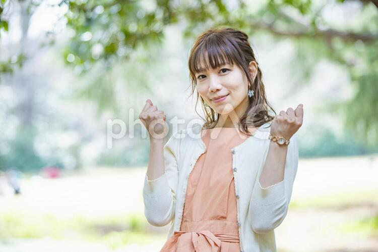 ガッツポーズをする女性の写真