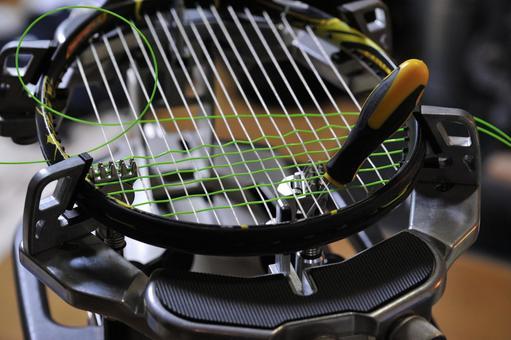 Gut tension of tennis racket