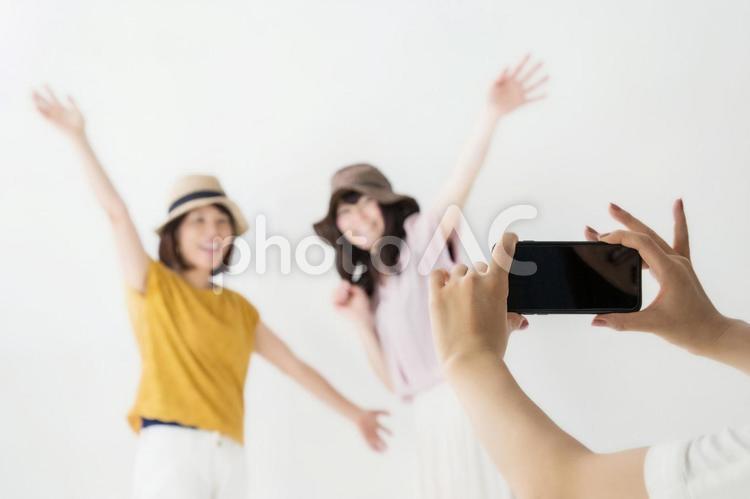 写真を撮る女性の写真