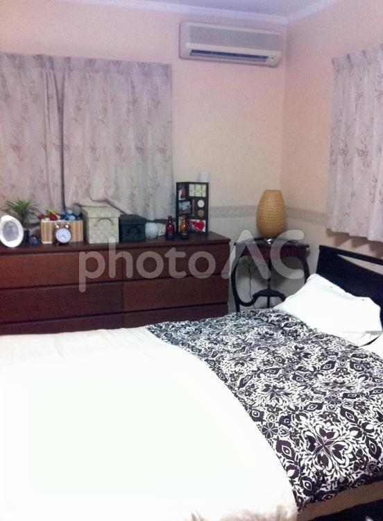 落ち着いた寝室の写真