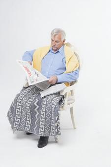 Sitting in a chair and reading a newspaper Foreigner Elderly male 3