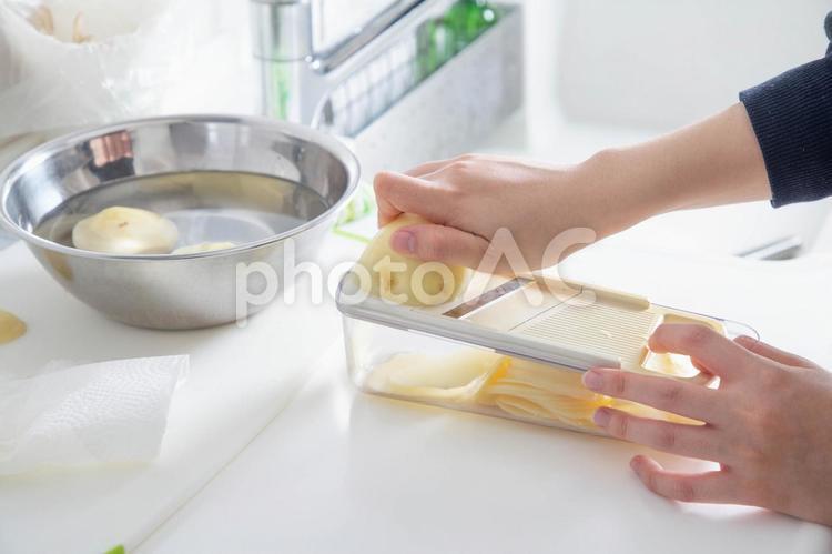 キッチン ジャガイモをスライスするの写真