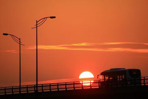 公共汽车在日落