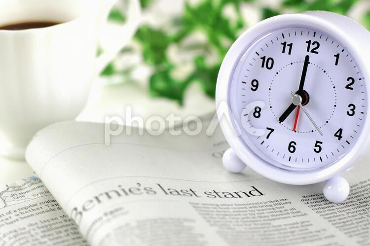 目覚まし時計と新聞 2の写真