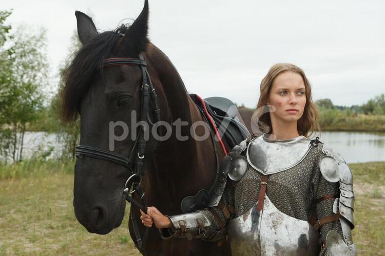 馬を連れた中世女性剣士2の写真
