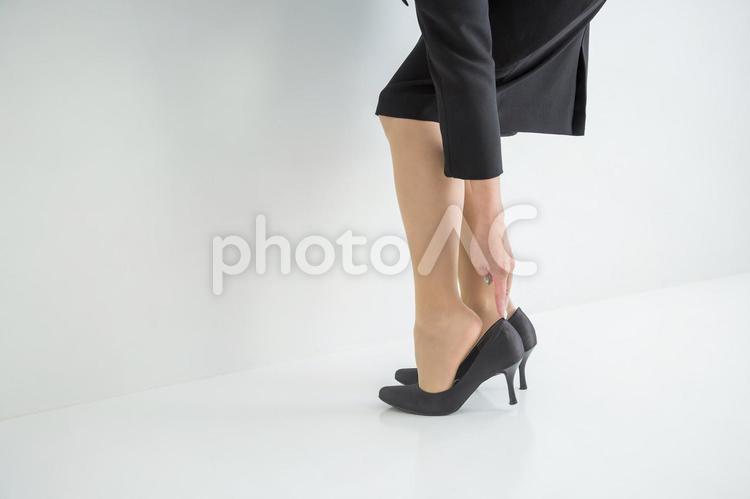 靴擦れを気にする女性の写真