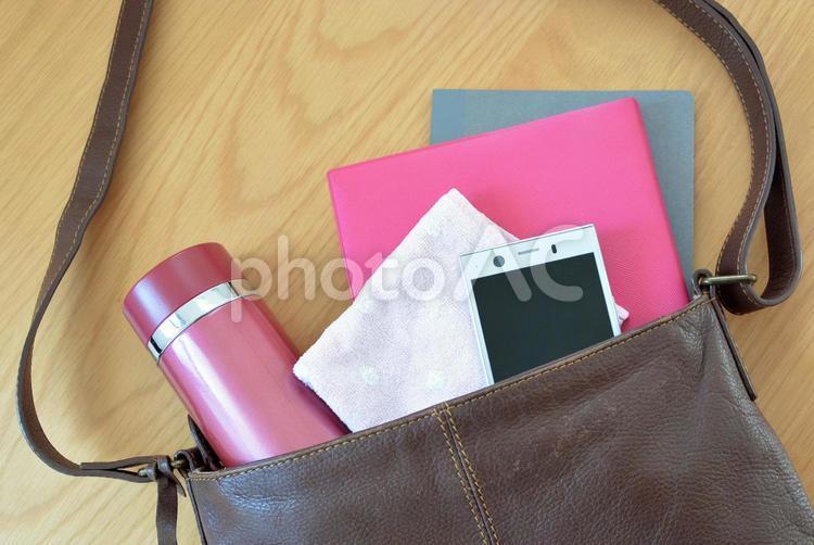 女性のバッグの中身・荷物4の写真