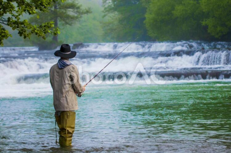 川の中で釣りをする人28の写真