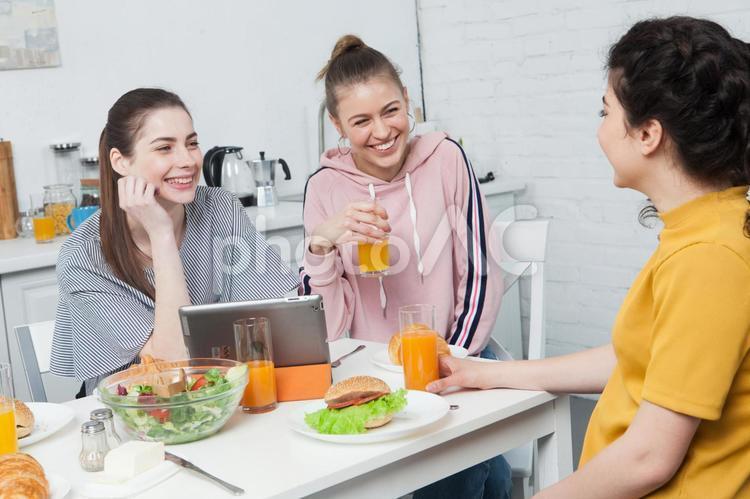 朝食を食べるルームメイトたち5の写真