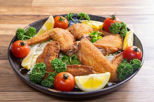 닭 날개 튀김과 야채
