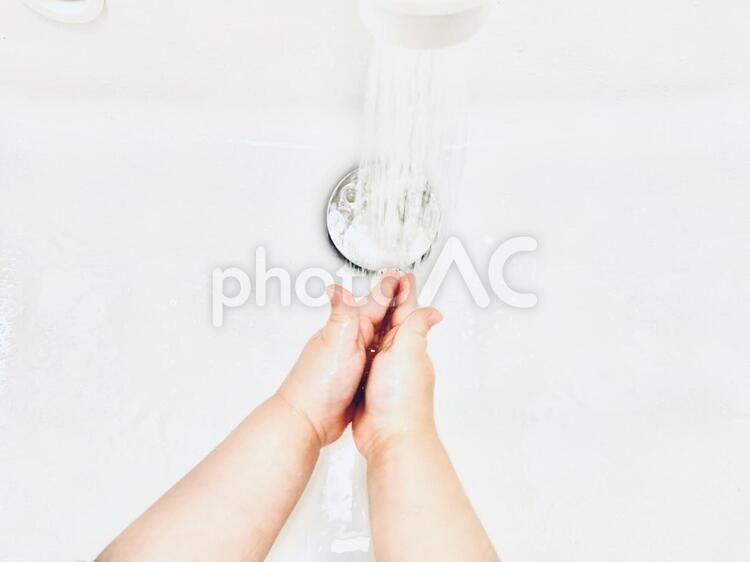 手を洗う×子供の手の写真