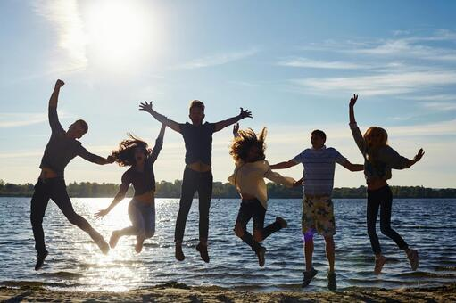 Young people to jump at the water's edge 4
