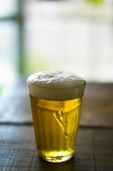 啤酒在树的桌子上