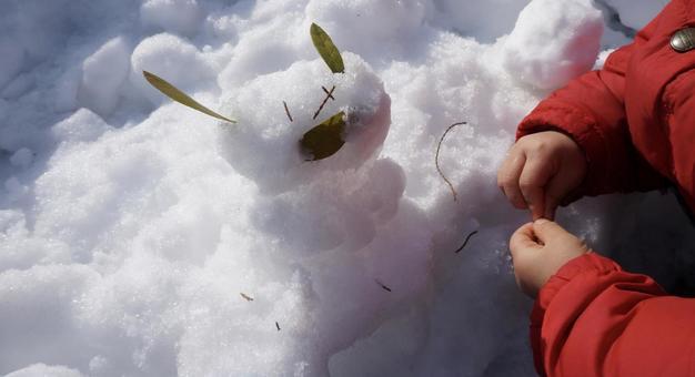 [兒童]在雪地裡玩雪兔在冬天堆雪人