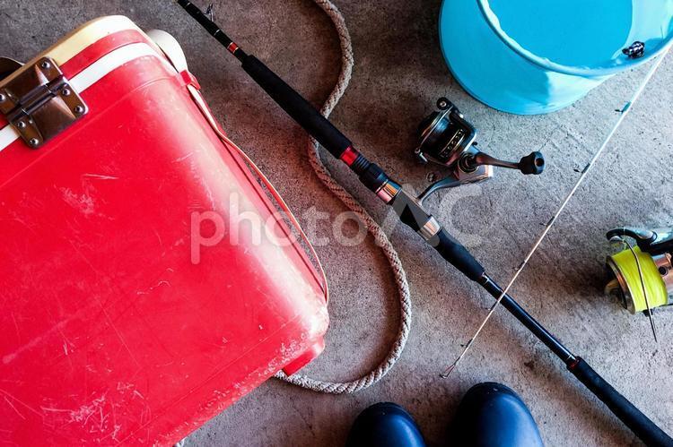 コンクリートの上の釣り道具の写真
