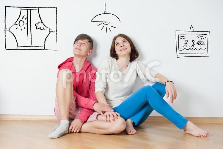 床に座る男性と寄り添う女性(アート)の写真