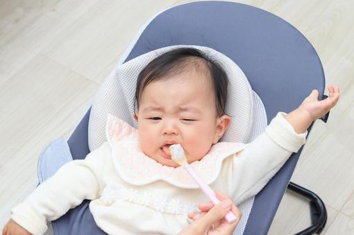 嬰兒在客廳裡餵嬰兒食品
