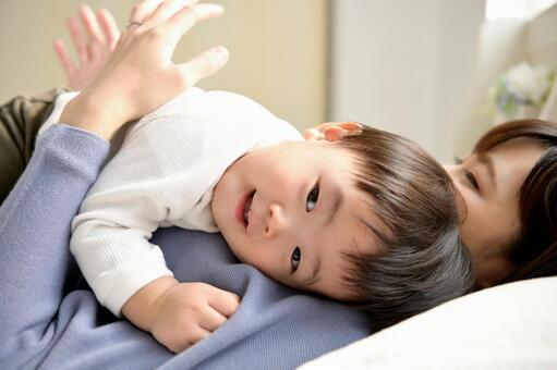 子供を寝かしつけるお母さん