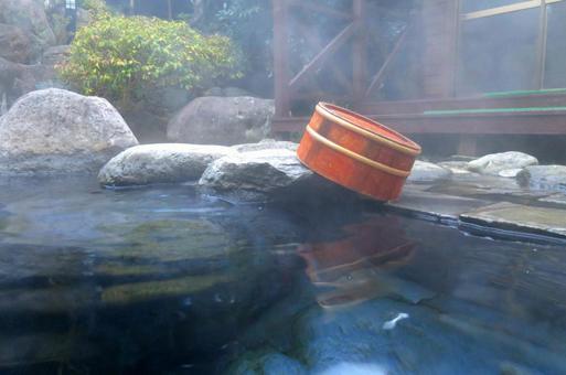 Open-air bath and tub