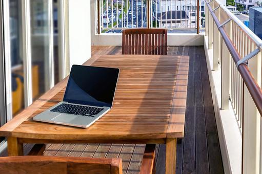 陽台上桌上的筆記本電腦