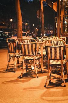 도로에 접한 개방적인 음식점의 테이블 석