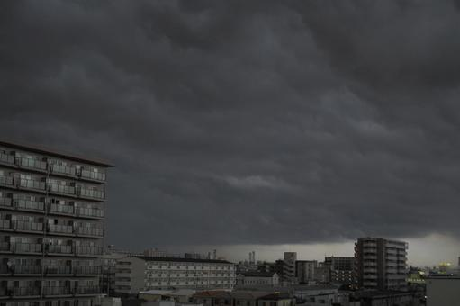 시커먼 구름이 다가왔다