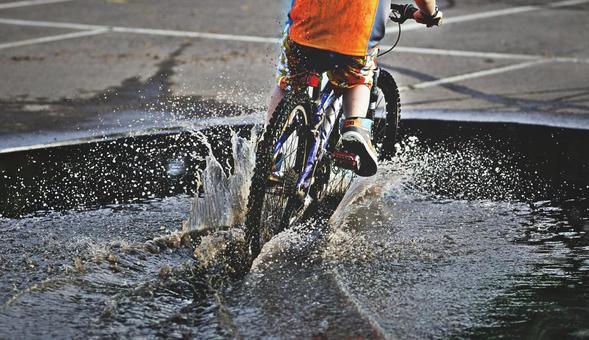 公路自行车在水中运行
