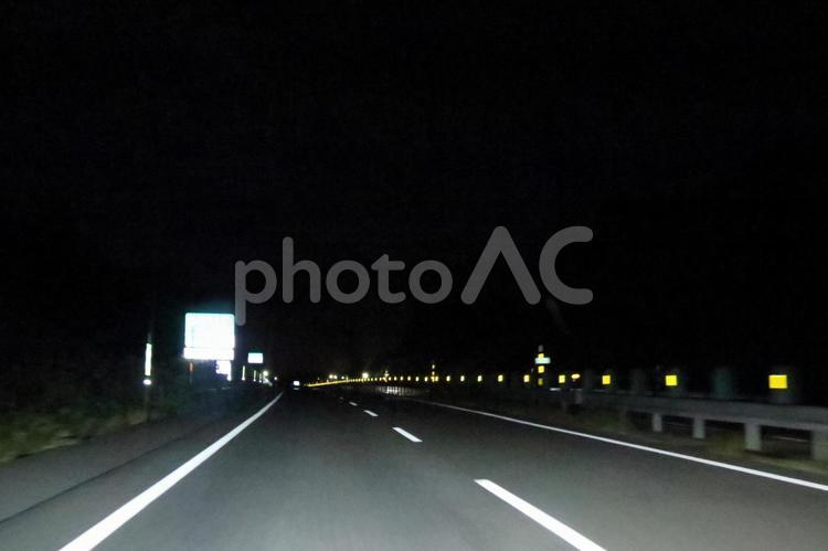 夜の高速道路(4車線)の写真