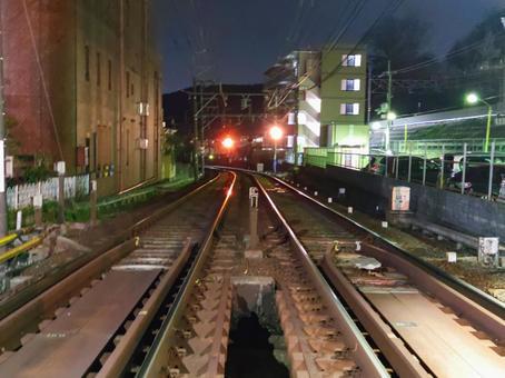 京都京阪京新線山心站附近的安壽路河上的一座短鐵橋的視圖