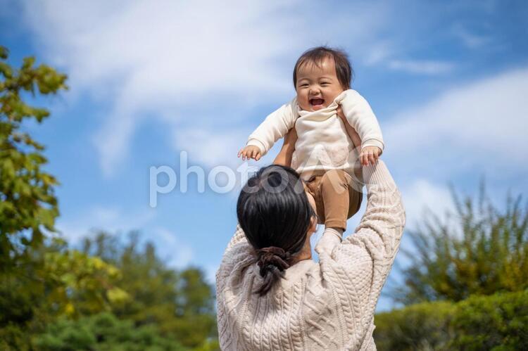 公園で遊ぶママと赤ちゃんの写真