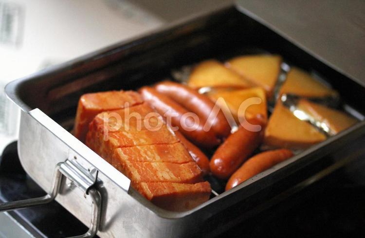 ベーコンとソーセージとチーズの燻製の写真