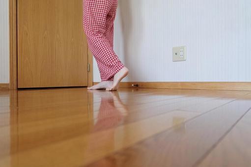 잠옷 차림의 여성의 발